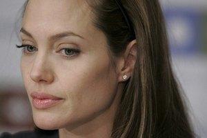 Джоли выбрала свадебное платье