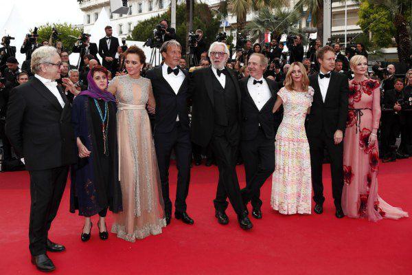 Жюри Каннского фестиваля, в которое в этом году вошли американская актриса Кирстен Данст (первая справа) и французская актриса Ванесса Паради (третья справа)