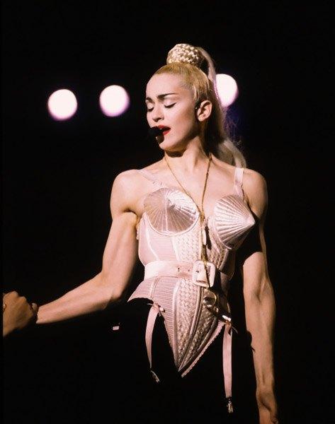 Мадонна в корсете с конусообразными чашечками