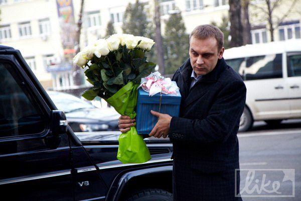 Большинство гостей несли Наталье белые розы
