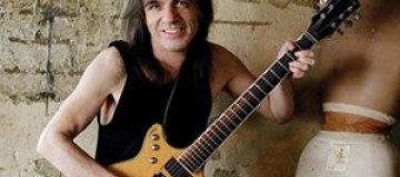 Гитарист AC/DC страдает слабоумием