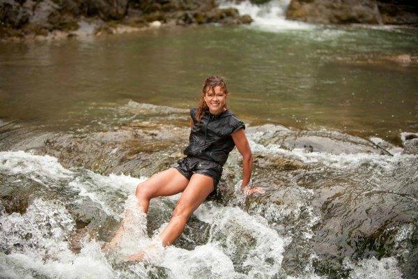 В водах шешорского водопада Руслана выглядит, словно девочка