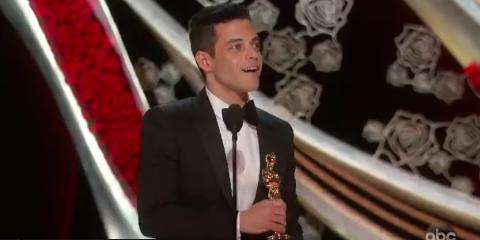 """Завоевавший """"Оскар"""" Рами Малек свалился со сцены вместе со статуэткой"""