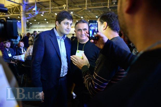 Замгенпрокурора Украины Давид Саквалеридзе покорно всех выслушивал и со всеми позировал