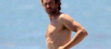 Джерард Батлер посветил голым торсом в Малибу