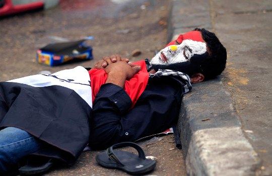 Египет. Манифестант после ночи протестов и борьбы.