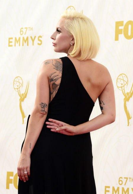 Платье Леди Гаги от Brandon Maxwell открывало лучшие татуировки певицы