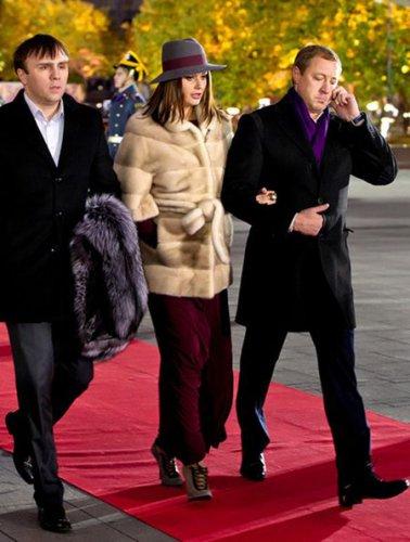 Оксана держится за руку мужа