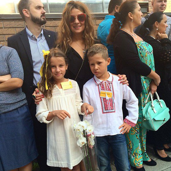Жанна Бадоева с дочерью Лолитой и ее одноклассником