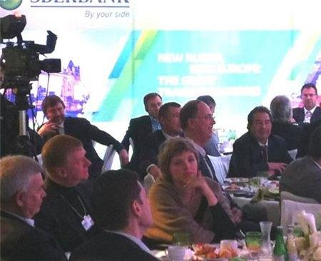 Анатолий Чубайс знакомит молодую жену с соратниками по партии. Дуня явно скучает среди финансистов.