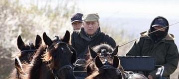 97-летний принц Филипп пересел с Land Rover на конную повозку