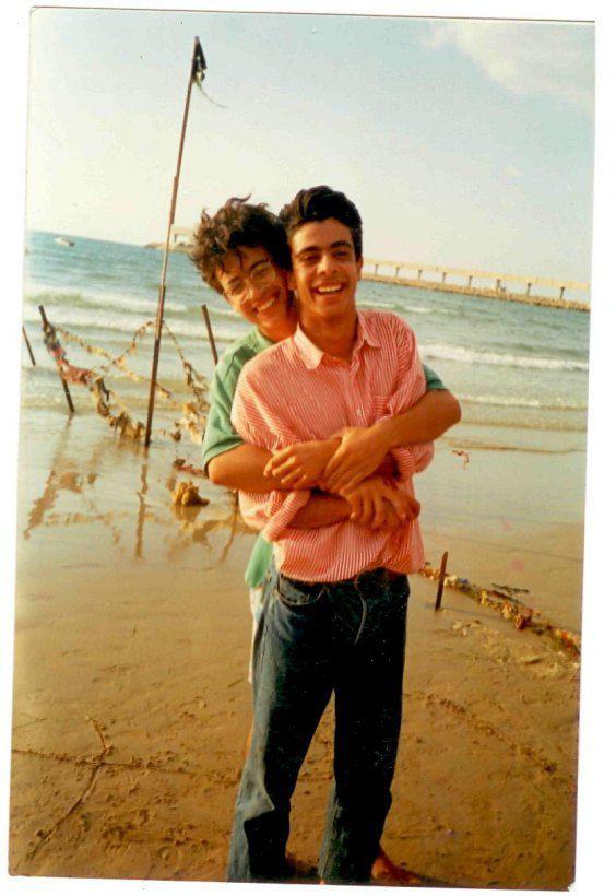 """Арфуш:""""Мы с братом Омаром всегда были и остаемся лучшими друзьями. На берегу Средиземного моря в 1989 году"""""""