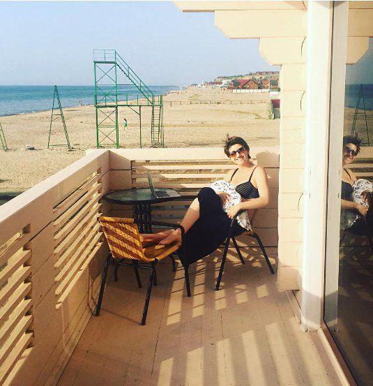 Анита Луценко с дочерью на пляже под Одессой