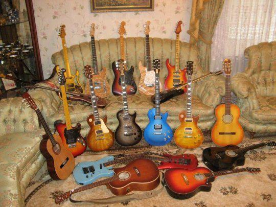 Виктор Павлик хочет распродать часть гитарной коллекции