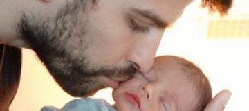 Шакира и Пике показали фото новорожденного сына