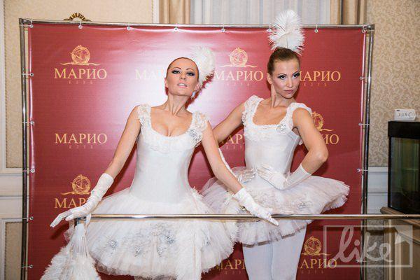 На входе встречали балерины в пачках
