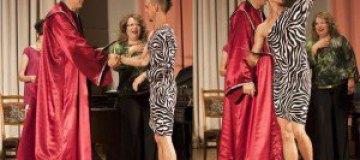 Белорусский студент пришел на выпускной в платье и кедах