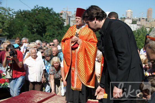 По традиции Остап Ступка бросил на гроб три горсти земли
