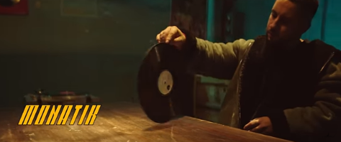 "В новом видео Монатик устроил танцевальную борьбу за пластинку ""Трио Маренич"""