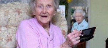 """100-летняя бабушка каждый день """"режется"""" в компьютерные игры"""