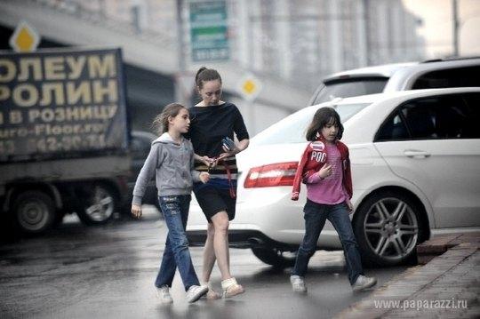 Чулпан Хаматова с дочками возле продуктового магазина