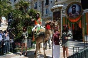 Саша Барон Коэн приехал в Канны на верблюде