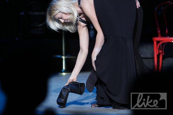 Певица попросила костюмершу снять с нее каблуки