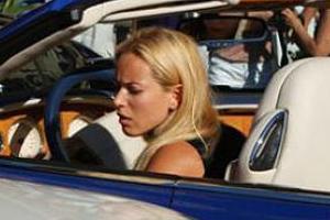 Блондинка на Bentley, разбившая в Монако несколько авто, оказалась украинской певицей