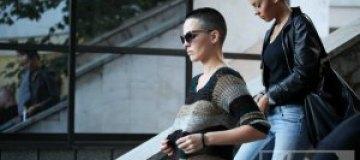 Астафьева гуляла по набережной в прозрачной кофте