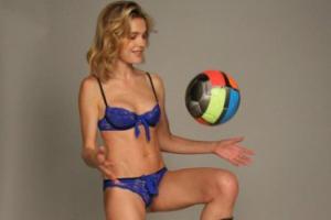 Водянова сыграла в футбол в нижнем белье
