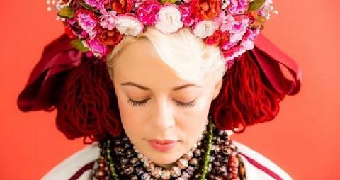 15 украинских звезд в ярких национальных костюмах снялись в благотворительном фотопроекте