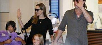 Джоли и Питт усыновят седьмого ребенка