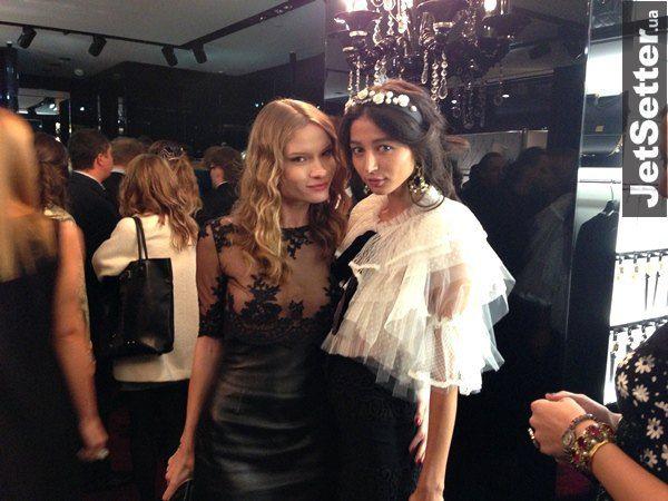Невеста Дамира Ахметова модель Эвелина Мамбетова (справа)