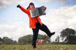 Молодой британец устроился работать пугалом за 300 евро в месяц