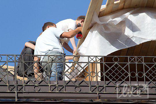 Ремонтные работы на крыше гостиницы