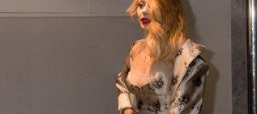 Кароль оголила грудь в наряде от Louis Vuitton