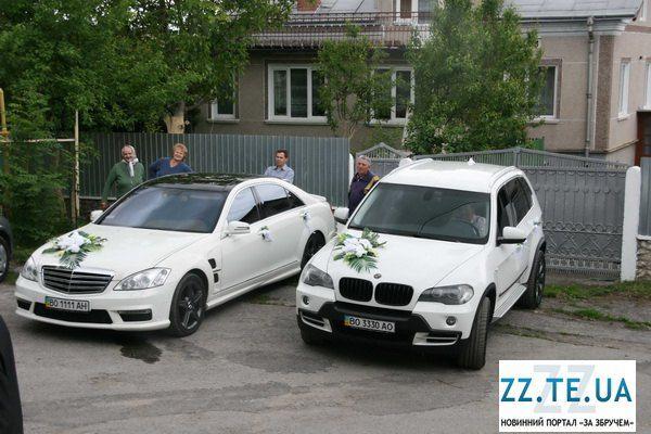 Молодожены приехали на белом ВMW и Mercedes