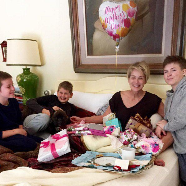 Счастливая мать: Шэрон Стоун в окружении сыновей