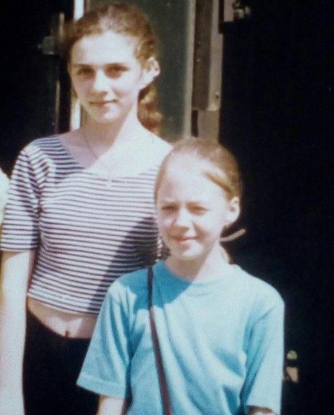 Анна Седокова в детстве (слева)