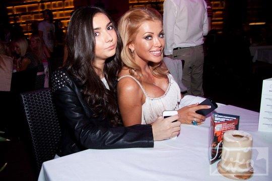 Телеведущая Валерия Крук (справа) с подругой