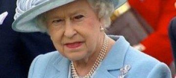 Журналистов напугал красный глаз Елизаветы II