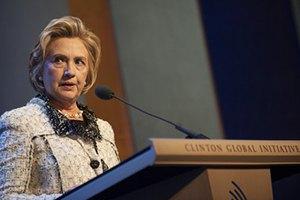 В Хиллари Клинтон бросили ботинком