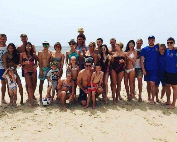 Все в сборе: игроки национальной сборной вместе с женами и детьми на пляжах Сардинии