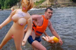 В Ленинградской области запретили заплыв на резиновых женщинах