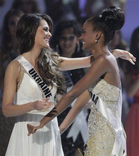 Первая вице-мисс поздравляет победительницу