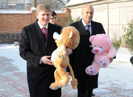 Ринат Ахметов и Игорь Крутой посетили детский дом в Кировограде