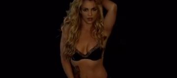 Бритни Спирс выступила на сцене с выпавшей из одежды грудью