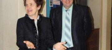 Людмила Янукович посмотрела комедию в макеевском ТЮЗе