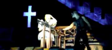 Леди Гага получила шестом по голове во время выступления