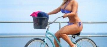Гламурная модель Коко проехалась на велосипеде в бикини